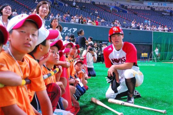 主催試合に被災地の子どもたちを招待したソフトバンクの選手会(写真・藤浦一都)