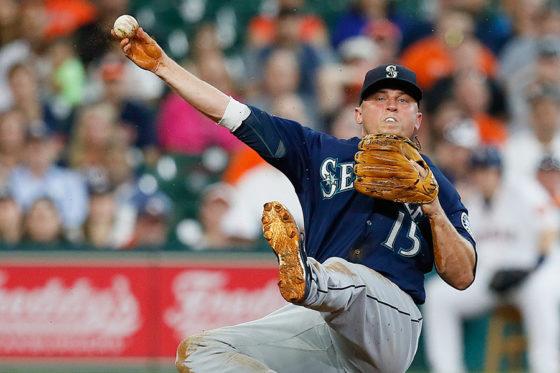 膝つき送球で一塁へ送球したマリナーズのカイル・シーガー【写真:Getty Images】