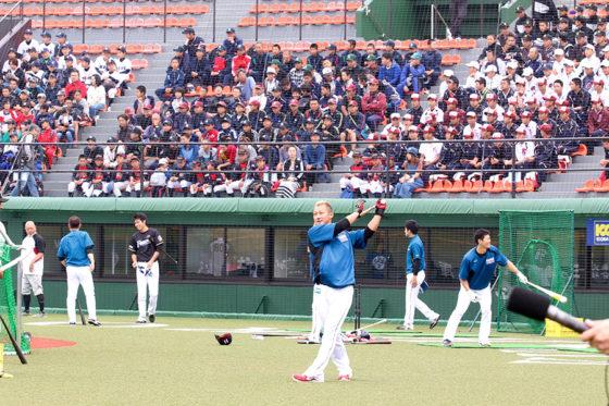 釧路市民球場では19チーム350人が練習見学に参加した【写真:石川加奈子】