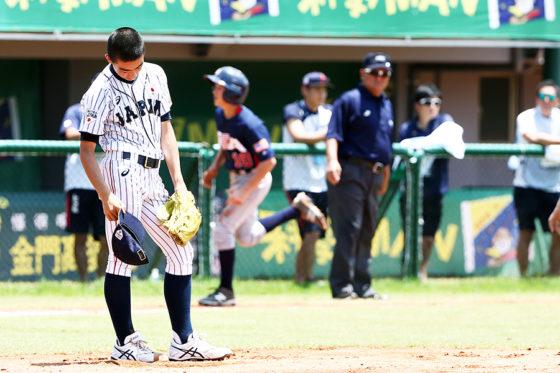 本塁打を浴び俯く大山陽生【写真:Getty Images】