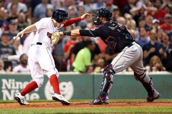本塁上で睨み合ったブロック・ホルトとヤン・ゴメス【写真:Getty Images】