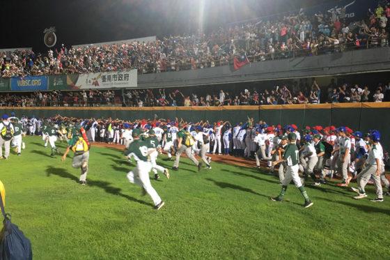 フェンス沿いに次々と並んでアーチを作る各国の選手たち【写真:福谷佑介】