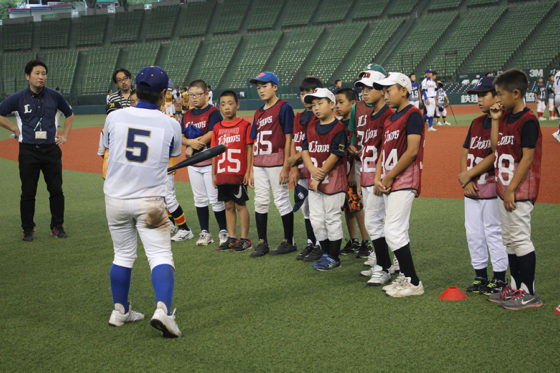 閉会式の後に行われた硬式野球の体験教室の様子【写真:広尾晃】