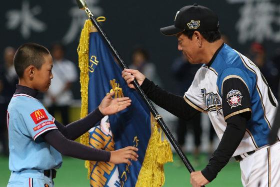 優勝旗を手渡す日本ハム・栗山英樹監督(右)【写真:石川加奈子】