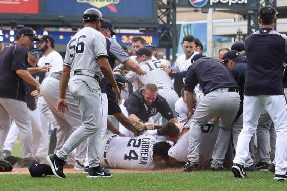 もみ合いの中、倒れ込むミゲル・カブレラ(中央下部)【写真:Getty Images】