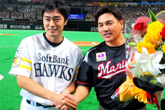 握手を交わすソフトバンク和田毅(左)とロッテ・井口資仁(右)【写真:藤浦一都】
