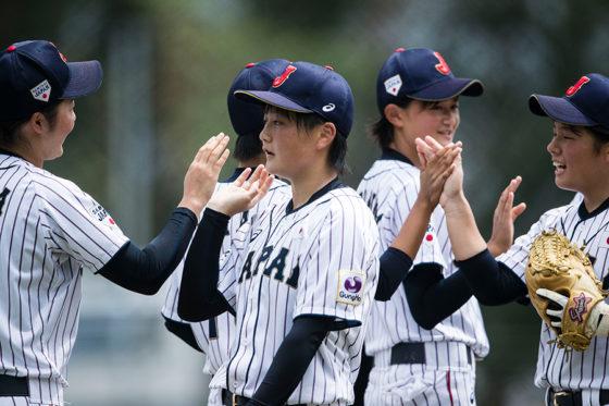 香港戦に勝利しハイタッチをかわす「マドンナジャパン」の選手たち【写真:Getty Images】