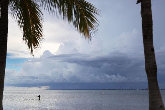 海の向こうに嵐が見えるマイアミの海岸【写真:Getty Images】