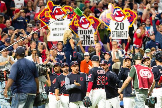 20連勝に喜ぶインディアンスの選手たちと観客【写真:Getty Images】
