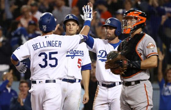 地区優勝の懸かる試合で本塁打を放ったドジャースのコディ・ベリンジャーと迎える選手たち【写真:Getty Images】