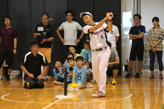 「M2J宮本慎也ベースボールスクール」で指導する元ヤクルトの宮本慎也氏【写真:広尾晃】