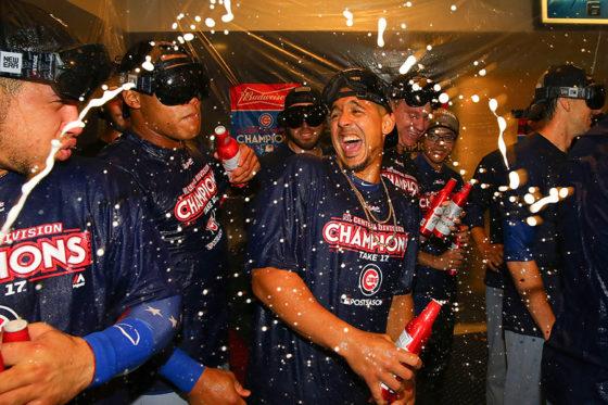 地区優勝を決めシャンパンファイトで喜ぶカブスの選手たち【写真:Getty Images】