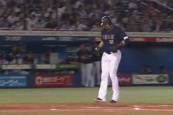 NPB100000号を放ち、両足で本塁を踏むマレーロ【画像:(C)PLM】