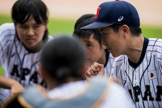 「第1回 BFA 女子野球アジアカップ」で優勝を果たした橘田恵監督(右)と選手たち【写真:Getty Images】