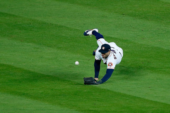 鋭いライナーに飛び込むも後逸したアストロズ・スプリンガー【写真:Getty Images】