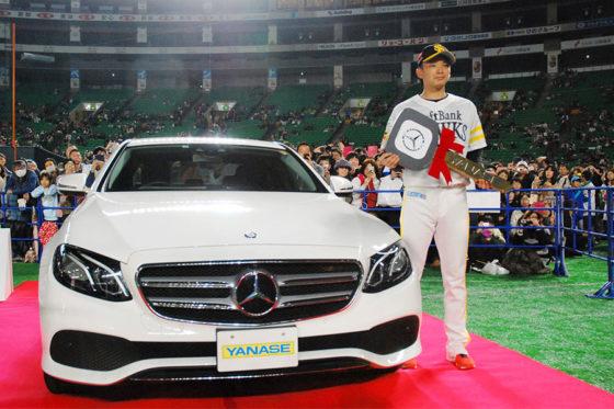 年間MVPに輝きベンツを獲得したソフトバンク・東浜【写真:藤浦一都】