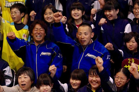 北海道安平町で中学生と交流会を行った日本ハム・矢野謙次と井口和朋【写真:石川加奈子】