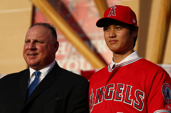 エンゼルスへの入団が決まった大谷翔平(右)とマイク・ソーシア監督【写真:Getty Images】