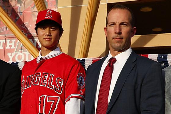 大谷翔平(左)とビリー・エップラーGM(右)【写真:Getty Images】