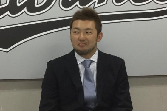 契約更改に臨んだロッテ・内竜也【写真:細野能功】