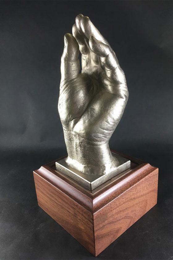 限定1点の非売品「木田GM補佐黄金の左手像」【写真提供:北海道日本ハムファイターズ】