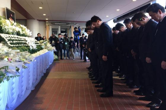 故・星野氏へ献花を行う楽天の選手とスタッフたち【写真:高橋昌江】
