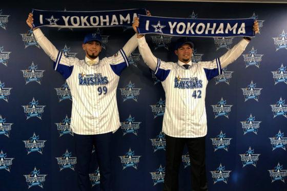 DeNAへの入団発表を行ったソト(左)とバリオス【写真:福谷佑介】