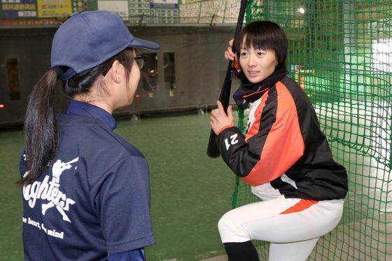 女子選手を対象にした野球教室に参加した埼玉アストライア・山崎まり【写真:石川加奈子】