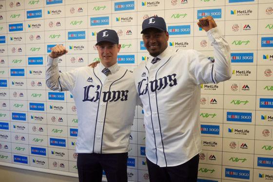 西武の入団会見を行ったワグナー(左)とカスティーヨ【写真:上岡真里江】