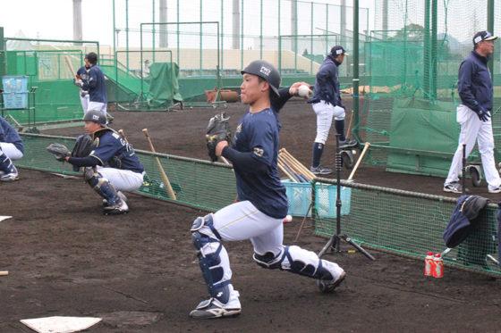 試合後にスローイングの練習を行うオリックス・稲富宏樹【写真:編集部】