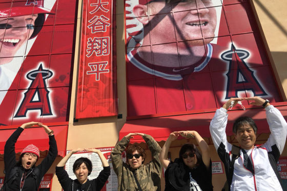 アナハイムのエンゼル・スタジアムの前で「O」の文字を作る大谷ファンの方々【写真:盆子原浩二】