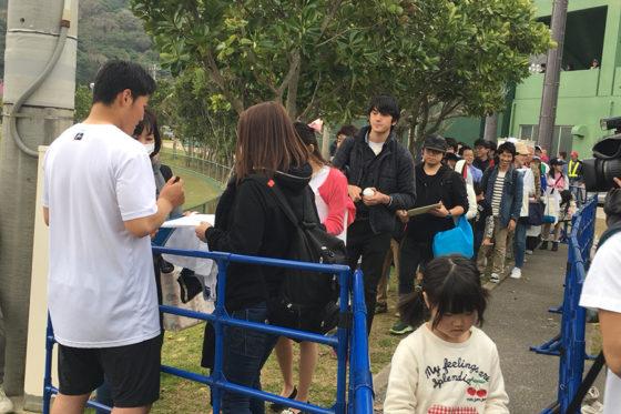 練習後サインに応じる清宮幸太郎(左端)【写真:沢井史】