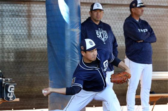 ブルペン投球を行う牧田和久と後ろで見守る野茂英雄球団アドバイザー【写真:西山和明】