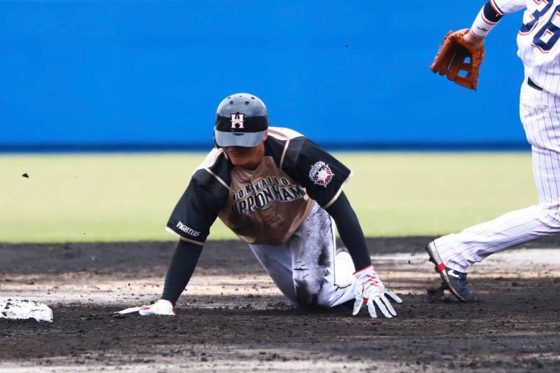 雨でぬかるんだグラウンドに足を取られて転倒した日本ハム・清宮幸太郎【写真:荒川祐史】