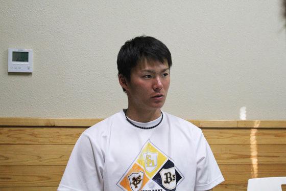 インタビューに応じるオリックス・山本由伸【写真:編集部】