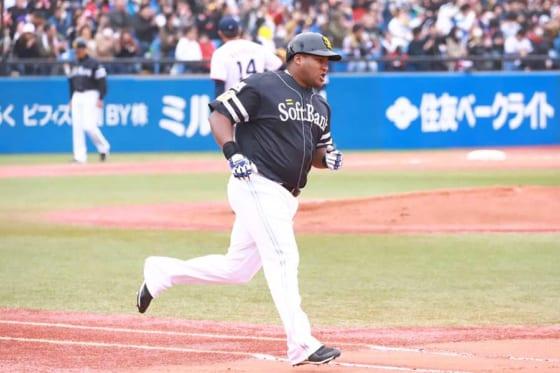 3打席連続となる本塁打を放ったソフトバンク・デスパイネ【写真:荒川祐史】