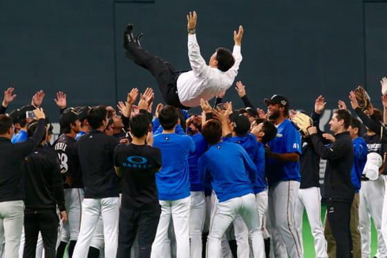 日本ハムの常務取締役球団代表を退任した島田利正氏は選手たちの手によって胴上げされた【写真:石川加奈子】