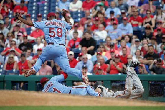 体を張ったプレーを見せたフィリーズのカルロス・サンタナ(左下)【写真:Getty Images】