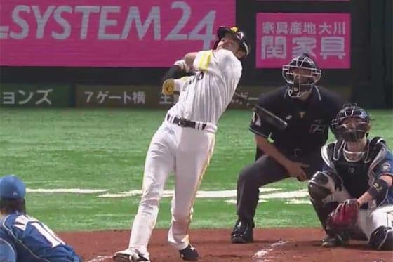 初回、中村晃に続き、柳田が豪快な一発を放つ【画像:(C)PLM】