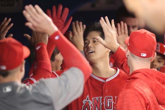 決勝点のホームを踏みチームメイトに迎えられるエンゼルス・大谷翔平【写真:Getty Images】