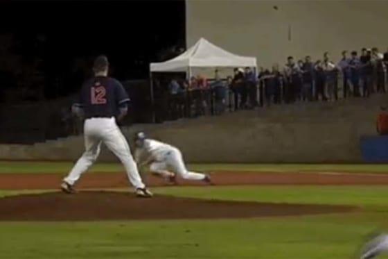 """米国の大学野球で驚愕の""""フェイクプレー""""が誕生(画像はスクリーンショットです)"""
