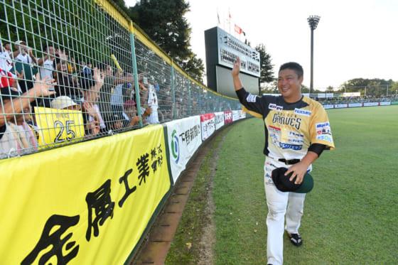 最終戦後に行われたセレモニーで現役引退を正式に表明した村田修一