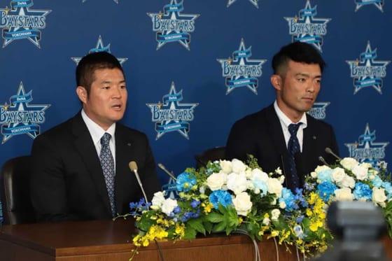 引退会見に臨んだDeNA・後藤武敏(左)、加賀繁【写真:荒川祐史】
