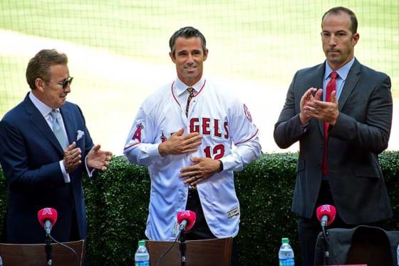 エンゼルスのブラッド・オースマス監督(中央)とビリー・エプラーGM(右)【写真:Getty Images】