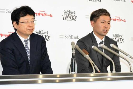 契約更改に臨んだソフトバンク・中村晃(右)と北村弁護士【写真:藤浦一都】