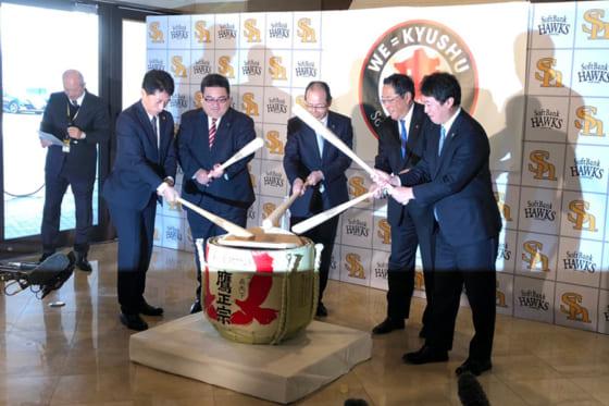 7日、王会長(中央)や後藤社長らがヤフオクドームでの鏡開きに出席した【写真:福谷佑介】