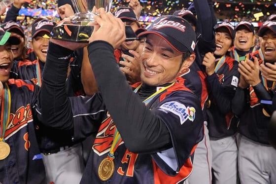 2009年のWBCで大会連覇を果たし優勝トロフィーを掲げるイチロー【写真:Getty Images】