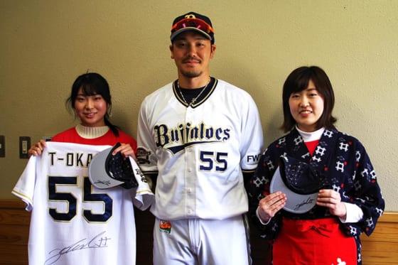 キャンプ中のT-岡田選手に、つかの間の癒しの時間を提供したい!【写真:(C)PLM】