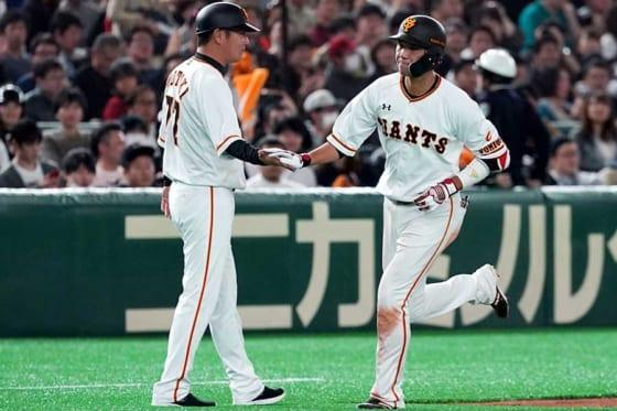 本塁打を放った巨人・坂本勇人【写真:AP】