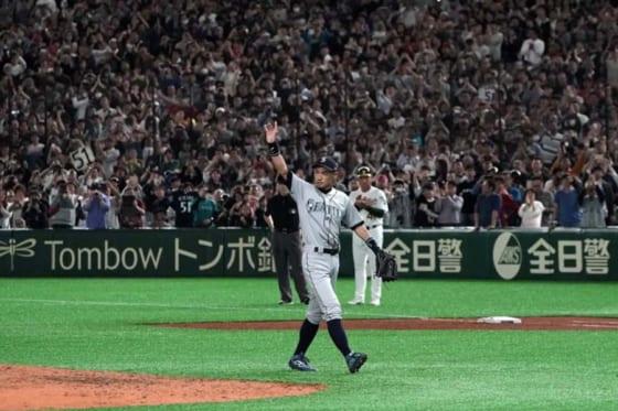 球場全体からの大歓声に送られベンチに退くマリナーズ・イチロー【写真:Getty Images】